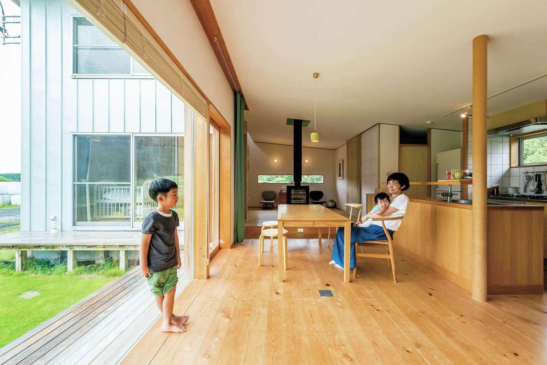 富創 -ふそう-【子育て、自然素材、建築家】住む人の好きな家具や雑貨のことを考え、ディテールは作り込まれているけれど、ストレスを感じさせるような過度なデザインではないのがポイント。敷地の状況や景色の見え方、外とのつながりを重視して建てられている。サッシは木製