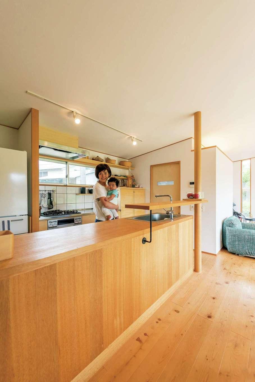 富創 -ふそう-【子育て、自然素材、建築家】キッチンは造作。奥の扉がバストイレになっており、生活動線がコンパクトにまとまる