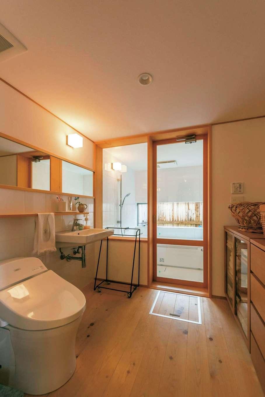 富創 -ふそう-【子育て、自然素材、建築家】暖かな光に包まれるバストイレは、視線が外に抜け開放感がある