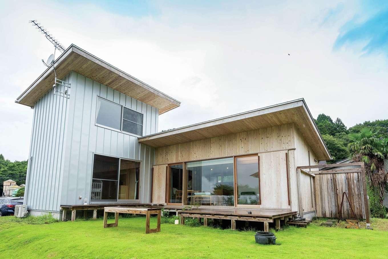 大自然と対峙する酪農家の家は、周囲と調和しながらも主張のあるデザインと素材を選んだ。長く暮らしても飽きることがない