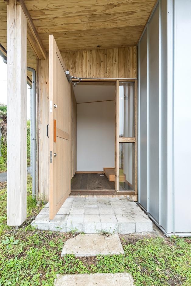 玄関扉も木製。透明なスリットは開放感抜群だ
