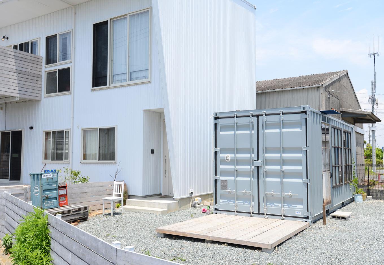 フォーバイシー【1000万円台、デザイン住宅、ガレージ】隣接する建物もフォーバイシーが手掛けたもの。白いガルバリウムの外壁がコンテナハウスと調和する
