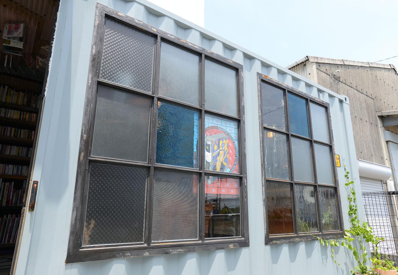 フォーバイシー【1000万円台、デザイン住宅、ガレージ】長野から取り寄せたモザイクガラスは1枚ずつ質感が異なる。アイアンフレームはフォーバイシーの特注