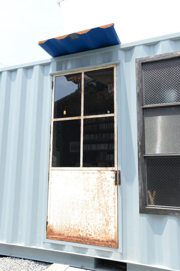 フォーバイシー【1000万円台、デザイン住宅、ガレージ】フランス製の古びたドアがより一層ヴィンテージの雰囲気を醸し出す