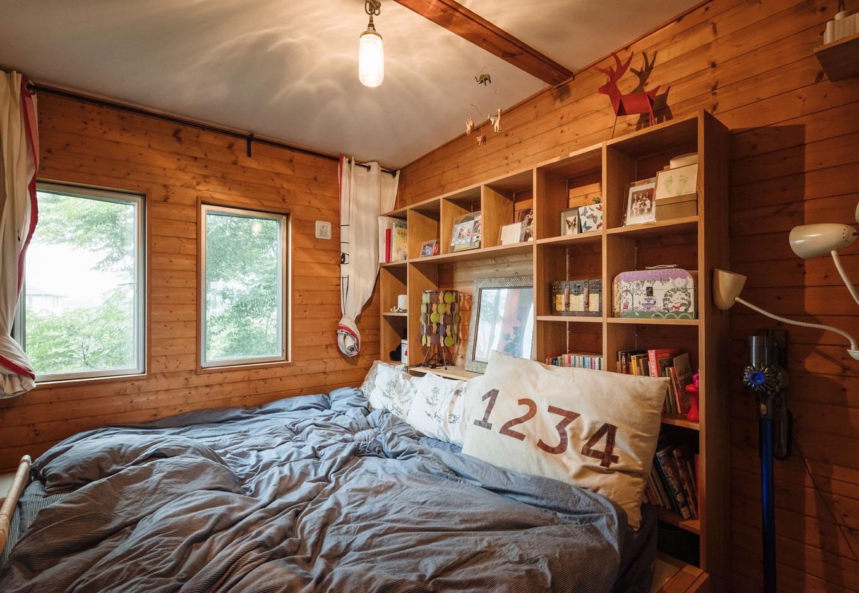 BESS浜松【趣味、自然素材、インテリア】家族みんなが一緒に休む寝室。無垢の木に包まれる心地よさ、窓の外には大きく育ったセンダンの木の緑が見え、まるで森の中のリゾート地にいるよう