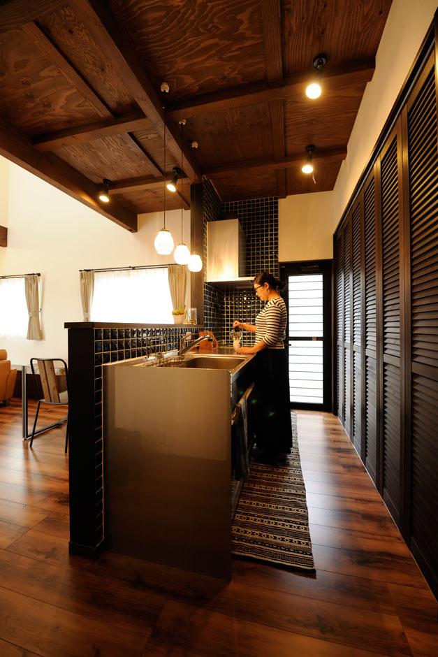 ARRCH アーチ【デザイン住宅、収納力、建築家】オールステンレスのキッチン周りを、ディープブルーのタイルで仕上げたインダストリアルな空間。「かっこいいキッチンなので料理もがんばれます」と奥さま