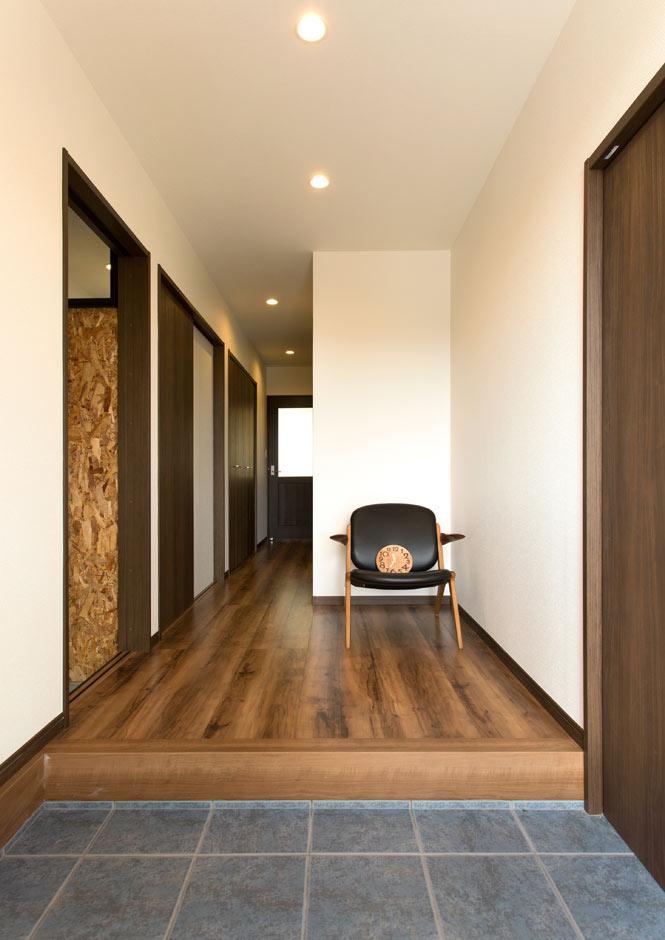 ARRCH アーチ【デザイン住宅、収納力、建築家】シューズクロークを併設した玄関は、ホールと合わせ4畳のゆったり空間。視線が抜けることで、より広がりを感じられる