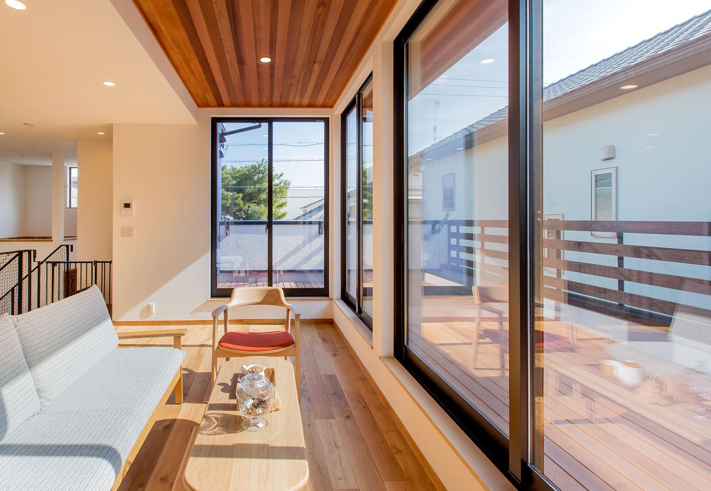 ARRCH アーチ【デザイン住宅、自然素材、建築家】L字にレイアウトした窓からたっぷりの光が降り注ぐLDK。床材にオークを、天井と軒天井にはレッドシダーを使い、木に包まれた癒しの空間が誕生