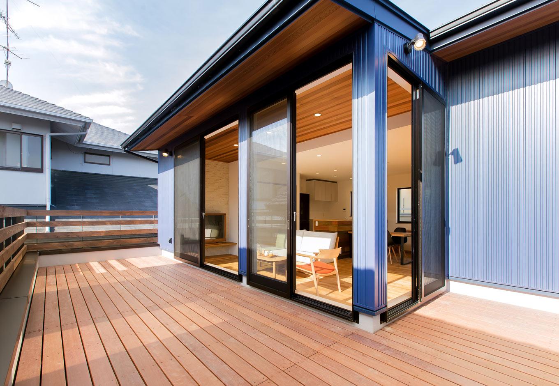 ARRCH アーチ【デザイン住宅、自然素材、建築家】高い耐久性と手軽なメンテナンスが人気のハードウッド材を使用した、12畳ものアウトドアリビング。住宅地とは思えない青空が広がる