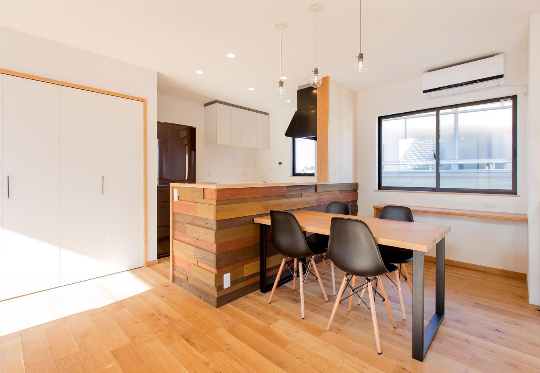 ARRCH アーチ【デザイン住宅、自然素材、建築家】キッチンの腰壁には、カラフルに塗装した杉板のウッドパネルをあしらい、空間に華やかさをプラス。Sさんが用意した天板と、『アーチ』オリジナルのアイアンの足を組み合わせたダイニングテーブルがおしゃれ