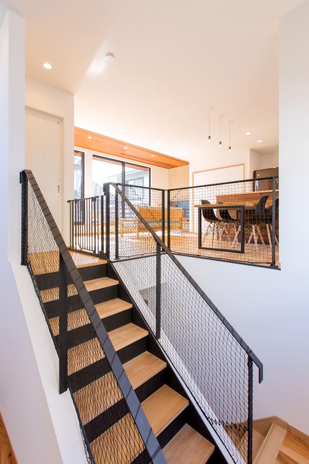 ARRCH アーチ【デザイン住宅、自然素材、建築家】2階LDKヘは、玄関そばの階段を上がって。吹き抜けを介し、玄関とLDKがひと続きになったのびやかな空間。キッチンからも階段が見えるので、家事をしながら帰宅した家族を迎えられる