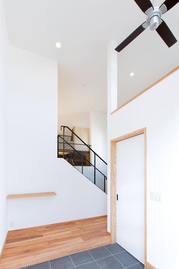 ARRCH アーチ【デザイン住宅、自然素材、建築家】白を基調にした玄関には4.5mの吹き抜けがあり、高窓からたっぷりの光が差し込む。引き戸の奥にはシューズクロークを用意