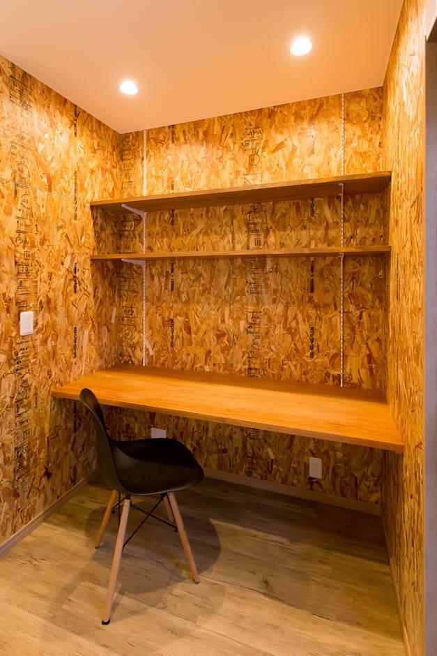 ARRCH アーチ【デザイン住宅、自然素材、建築家】木に包まれたような落ち着いた雰囲気のスタディコーナー。OSB合板で仕上げることで、あとから自由にカスタマイズが可能
