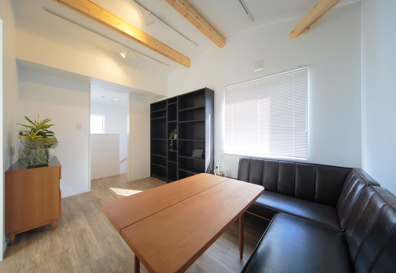 ARRCH アーチ【デザイン住宅、間取り、建築家】フリーランスで働くご主人のための10畳の書斎。家でも仕事に集中したいと落ち着いたデザインでコーディネート
