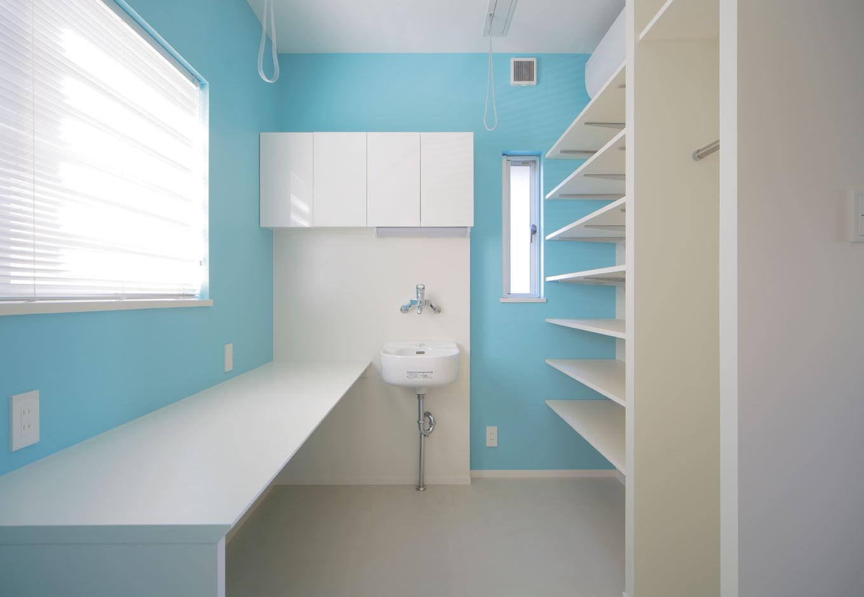 ARRCH アーチ【デザイン住宅、間取り、建築家】白と水色の壁が清潔感を演出する家事室。浴室と物干し場に隣接し、家事動線もスムーズ