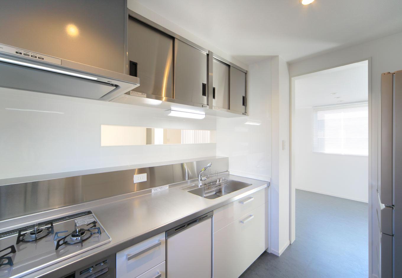 ARRCH アーチ【デザイン住宅、間取り、建築家】余分なものがなく、機能性に優れた業務用のステンレス製キッチンが、シンプルモダンな空間に映える