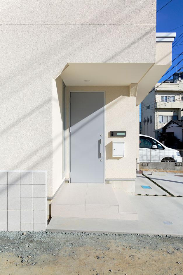 ARRCH アーチ【デザイン住宅、間取り、建築家】周囲は人通りの多い場所なので、目立たないよう玄関ポーチはあえて建物の内側に引き込んだデザインに