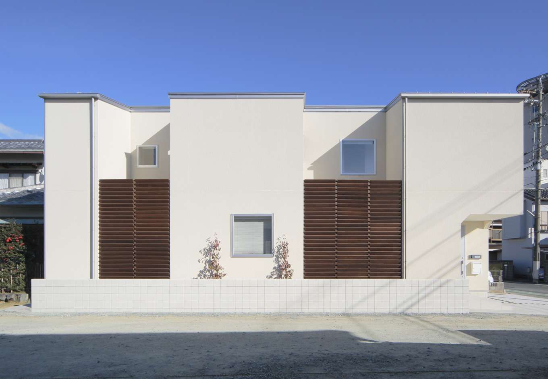 ARRCH アーチ【デザイン住宅、間取り、建築家】アイデアに富んだ窓の配置が美しい建物外観。ルーバーで外からの視線をカットしながらも、光や風は室内に取り込めるのでのびのびと過ごせる