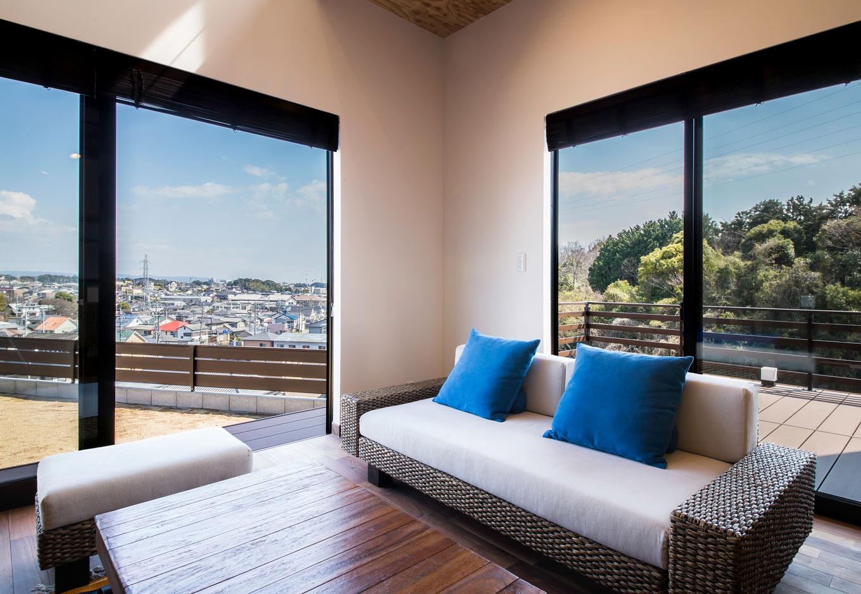 ARRCH アーチ【デザイン住宅、狭小住宅、建築家】崖地に向かってL字に開いたプランは、窓の向こうには青空と緑に彩られたパノラマビューが自慢。落ち着いたアジアンテイストの家具でコーディネート
