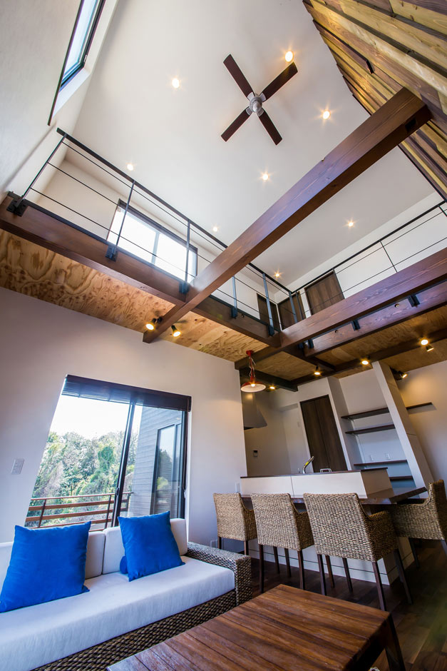 ARRCH アーチ【デザイン住宅、狭小住宅、建築家】7mの吹き抜けを介して2階とつながり、離れていてもお互いの存在を感じられる。夜には間接照明が星座のように輝く