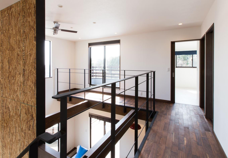 ARRCH アーチ【デザイン住宅、狭小住宅、建築家】L字になった2階廊下の先にはふたりの部屋とウッドデッキが続く。手すりのアイアンは、『アーチ』のオリジナルデザイン