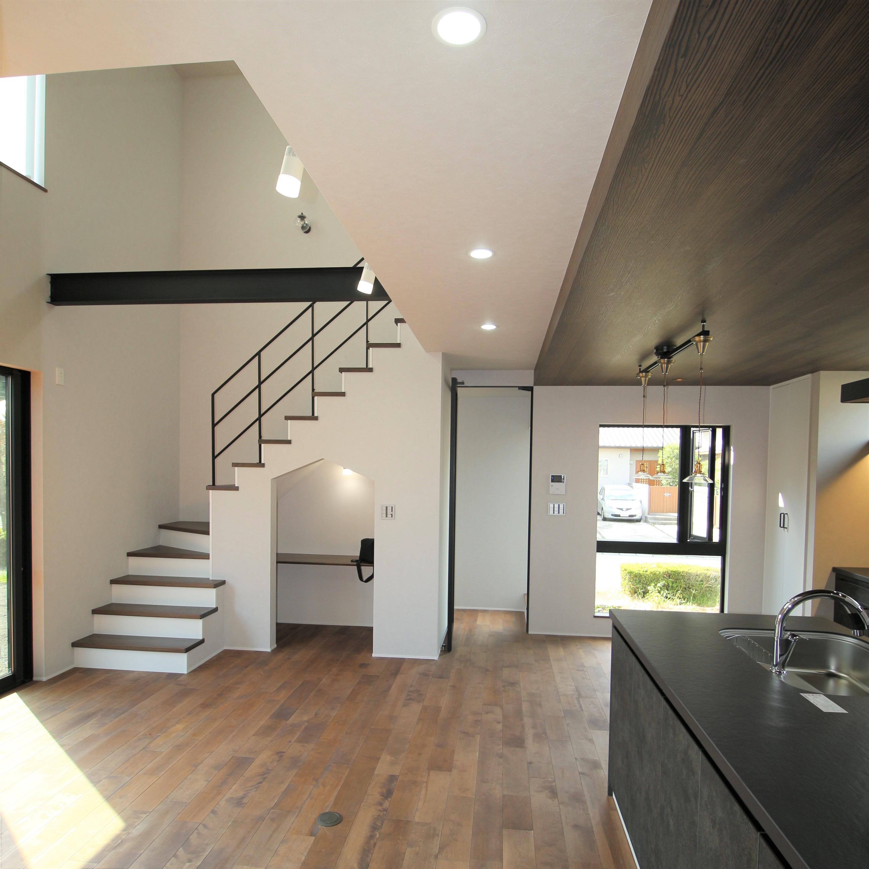 開放的な吹抜け空間に、オシャレなオープン階段と素敵な小部屋