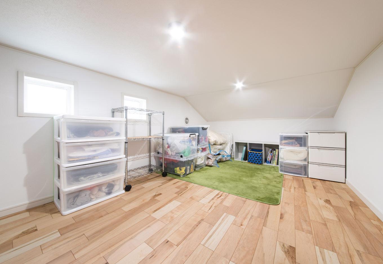 遠州建設【収納力、間取り、建築家】寝室の奥にある9畳の小屋裏収納。クローゼットに入りきらない布団や季節外の荷物などをたっぷり収納