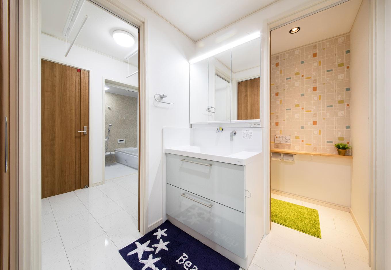 遠州建設【収納力、間取り、建築家】LDKの隣に、キッチンから脱衣室、トイレへと抜けられる回遊式の動線を確保。トイレの横幅を10センチ広げ設置したカウンターが便利