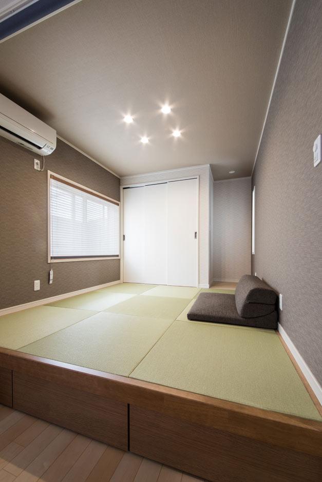 小上がりの和室には、90センチ×90センチの引き出し式収納を用意。お子さんの着替えやおもちゃなどをさっとしまえ、リビングもすっきり。建具ではなくロールスクリーンで間仕切ることで、来客時にはゲストルームにもなる