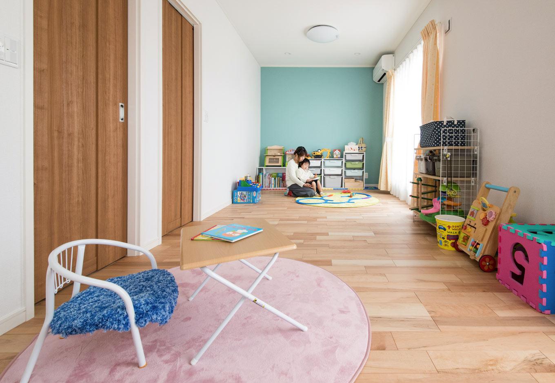 遠州建設【収納力、間取り、建築家】爽やかなブルーの壁紙が印象的な子ども部屋は、将来2部屋に分けられるよう扉を2つ用意。床はメープル材をマット塗装仕上げにすることで、無垢材のような心地よい肌触りに