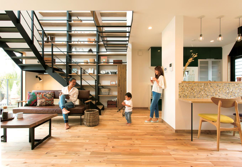 ARRCH アーチ【デザイン住宅、自然素材、間取り】圧倒的な存在感を放つ図書ウォールに、お気に入りの本やインテリアをディスプレイ。ブラックの鉄骨階段は、ホワイトをベースにした優しい空間を引き締める効果も