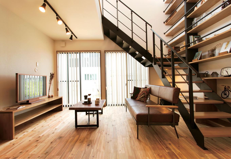 ARRCH アーチ【デザイン住宅、自然素材、間取り】落ち着いた雰囲気のリビング。南面の高い位置に窓を配置した吹抜け階段から心地よい光が注ぐ