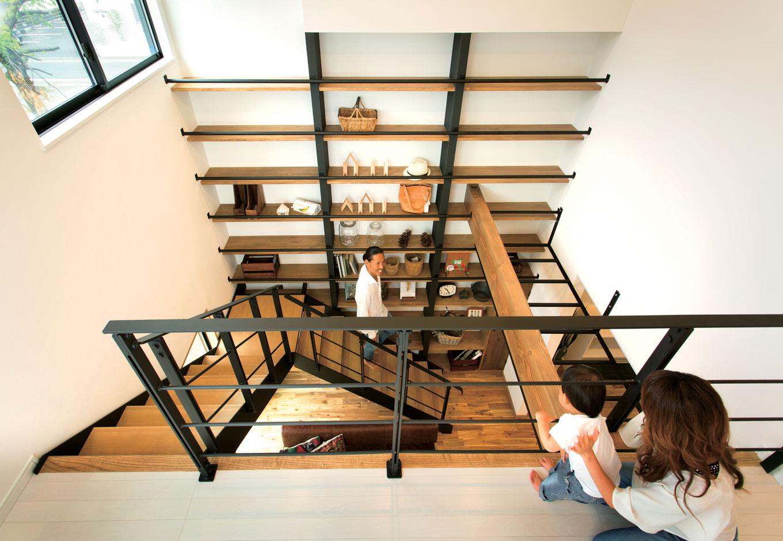 ARRCH アーチ【デザイン住宅、自然素材、間取り】自然の力を巧みに取り入れるパッシブデザインを採用し、たっぷりの光と優しい風が届く。階段の踊り場、ハンモックのある2階フリースペースなど、多彩な読書スペースがうれしい