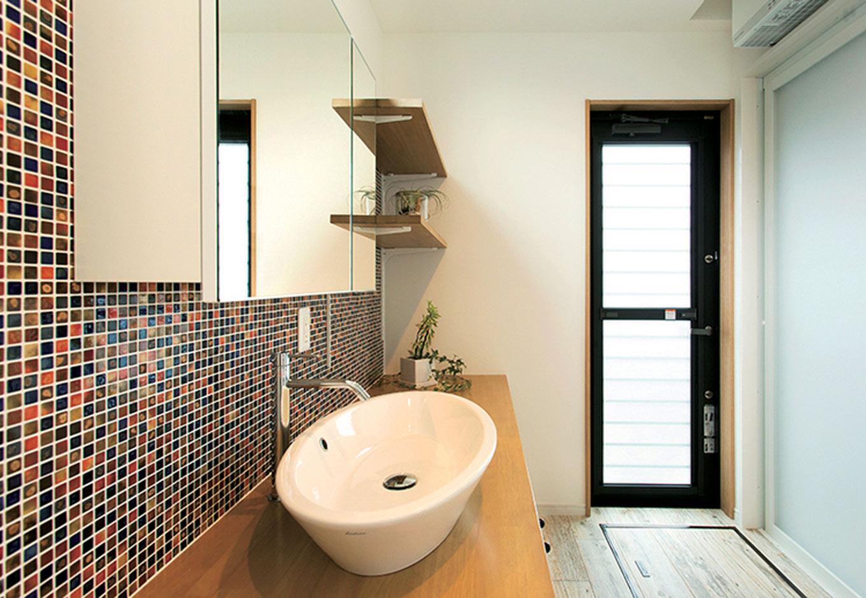 ARRCH アーチ【デザイン住宅、自然素材、間取り】幅広の洗面台にカラフルなモザイクタイルがかわいらしい、明るく清潔感あふれる洗面所