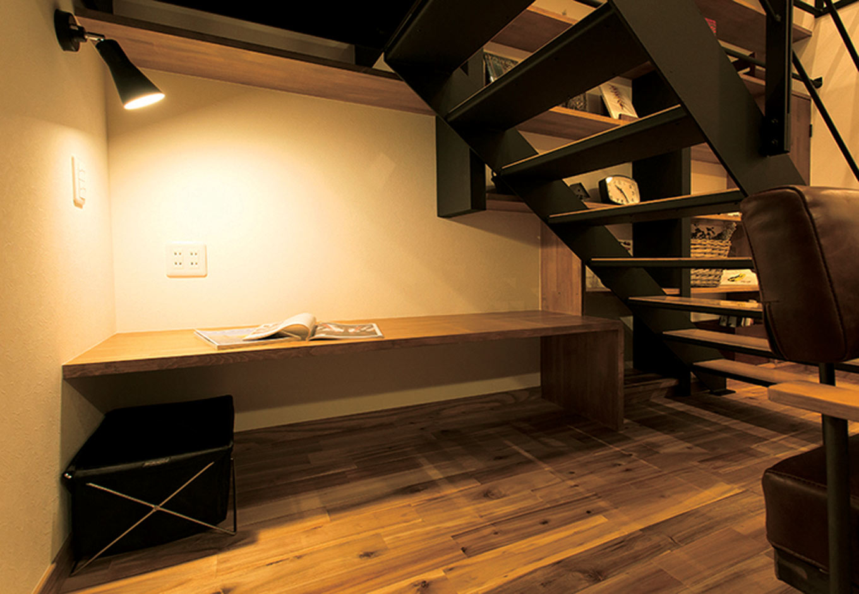 ARRCH アーチ【デザイン住宅、自然素材、間取り】階段下を有効活用して、秘密基地のようなこもり感あるスペースを用意。落ち着いて読書ができそう