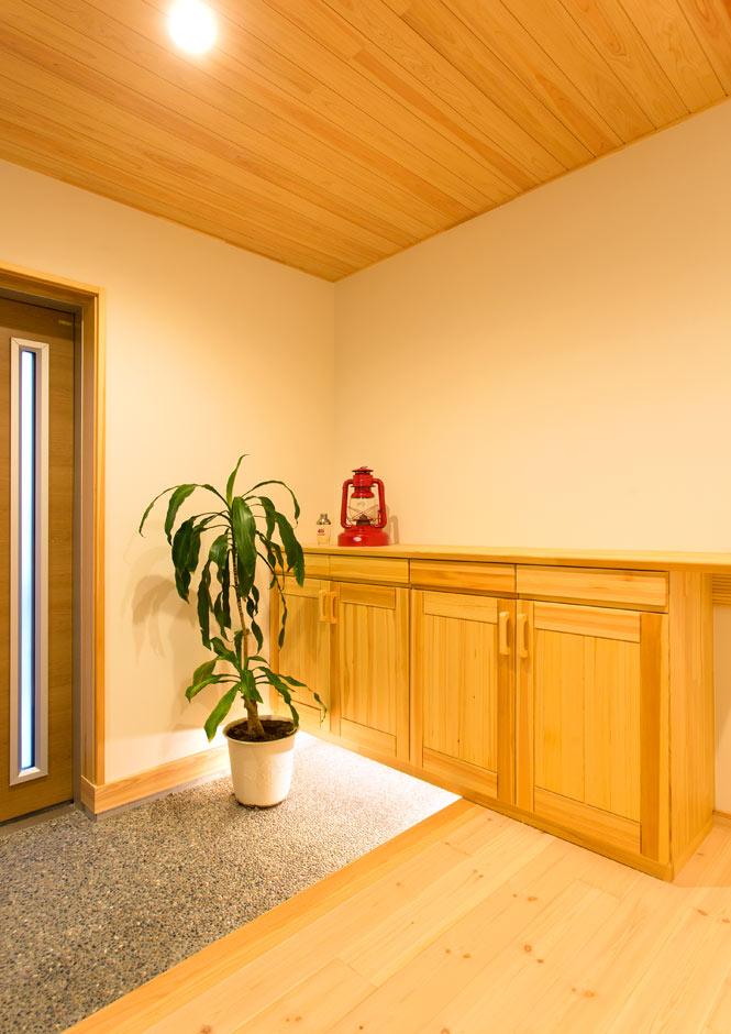 昔懐かしい洗い出しのフロアにお出迎えのフットライトが淡く光る玄関。重厚で美しいフォルムの下駄箱は、熟練大工ならではの精巧な技を感じる