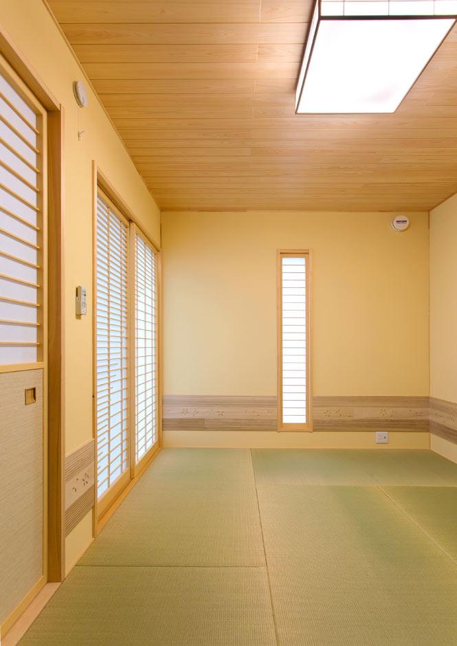 リビングとフラットにつながる6畳の和室。壁は調湿効果の高い珪藻土クロスを採用。客間として使うだけでなく、洗濯物をたたんだり、子どもを昼寝させたり、ユーティリティに使えて便利