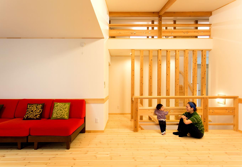 2階のフリースペース。子どもが小さいうちは家族共有で楽しむセカンドリビングとして使う。子どもの成長に合わせて、2部屋に仕切ることも可能。勾配天井でロフトとつながり、より開放的な空間に