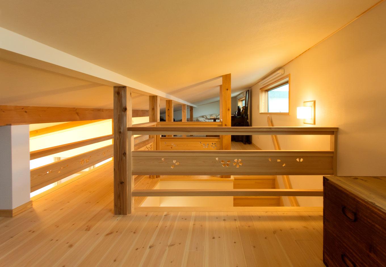 22畳のロフトは、天井高1400mmで固定資産税の対象にならないボーナス空間。秘密基地のような雰囲気で、お子さんの遊び場にも。『瀧口建設』らしさを感じるサクラのくりぬきが高級感を演出