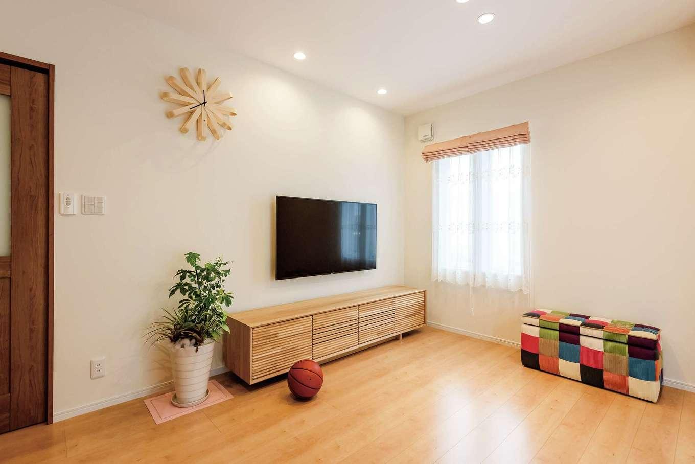 橋本組 ~つむぐ家~【子育て、二世帯住宅、間取り】ゆったりとしたリビングは、天井も高く開放感たっぷり。子どもたちも元気に遊べる