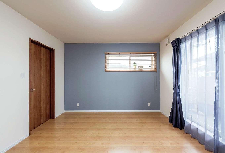 橋本組 ~つむぐ家~【子育て、二世帯住宅、間取り】シャビーシックなカラーのクロスを用いた寝室。大きなウォークインクローゼットは、夫婦の衣類を収納してもゆとりの広さ