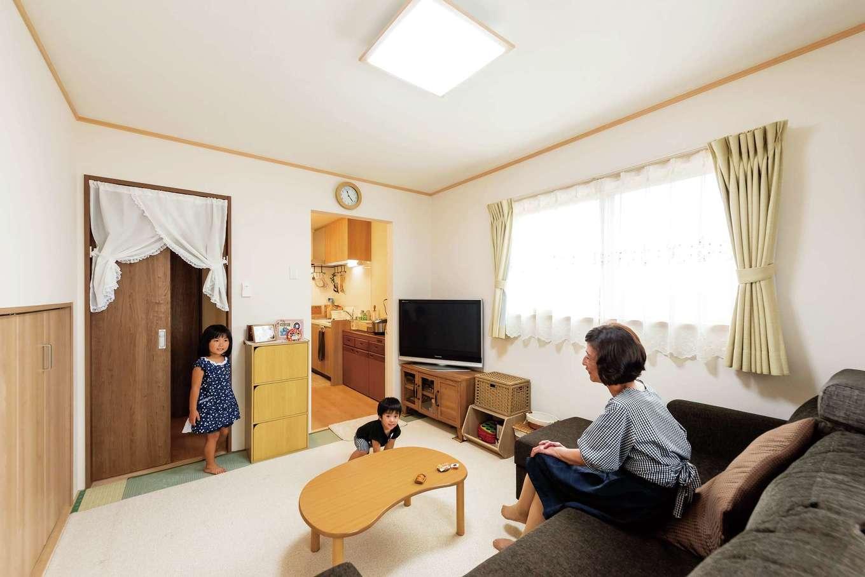 橋本組 ~つむぐ家~【子育て、二世帯住宅、間取り】1Kの間取りを持つお母さまの居室。トイレや浴室は共用だが玄関が別なので、生活サイクルが異なる世帯が、お互いに気兼ねなく暮らせる