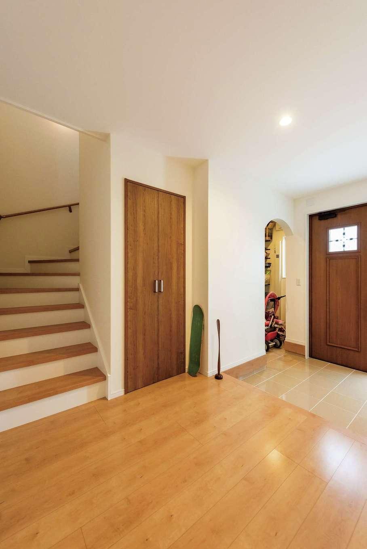 橋本組 ~つむぐ家~【子育て、二世帯住宅、間取り】広い玄関ホールは、たくさんの荷物とともに帰宅しても、家の中に上がりやすく便利