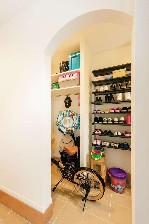 橋本組 ~つむぐ家~【子育て、二世帯住宅、間取り】大容量のシューズクロークは、子どもたちの遊び道具や自転車もスッキリと収まる。アーチの壁がかわいらしい