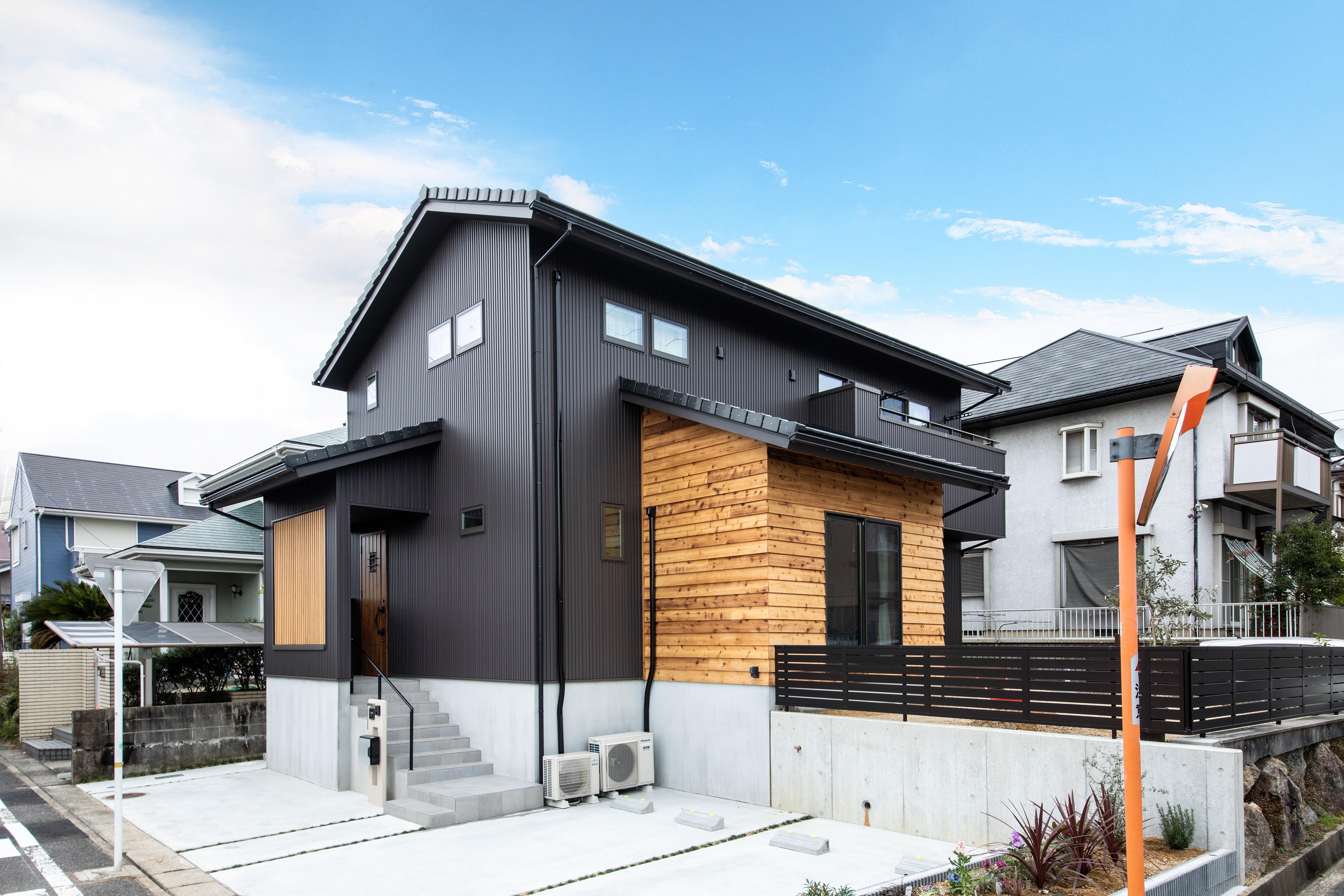 ツリーズ【子育て、自然素材、間取り】こまめにメンテナンスをしなくても快適に暮らせるように、外壁はガルバニウム鋼板を使用している