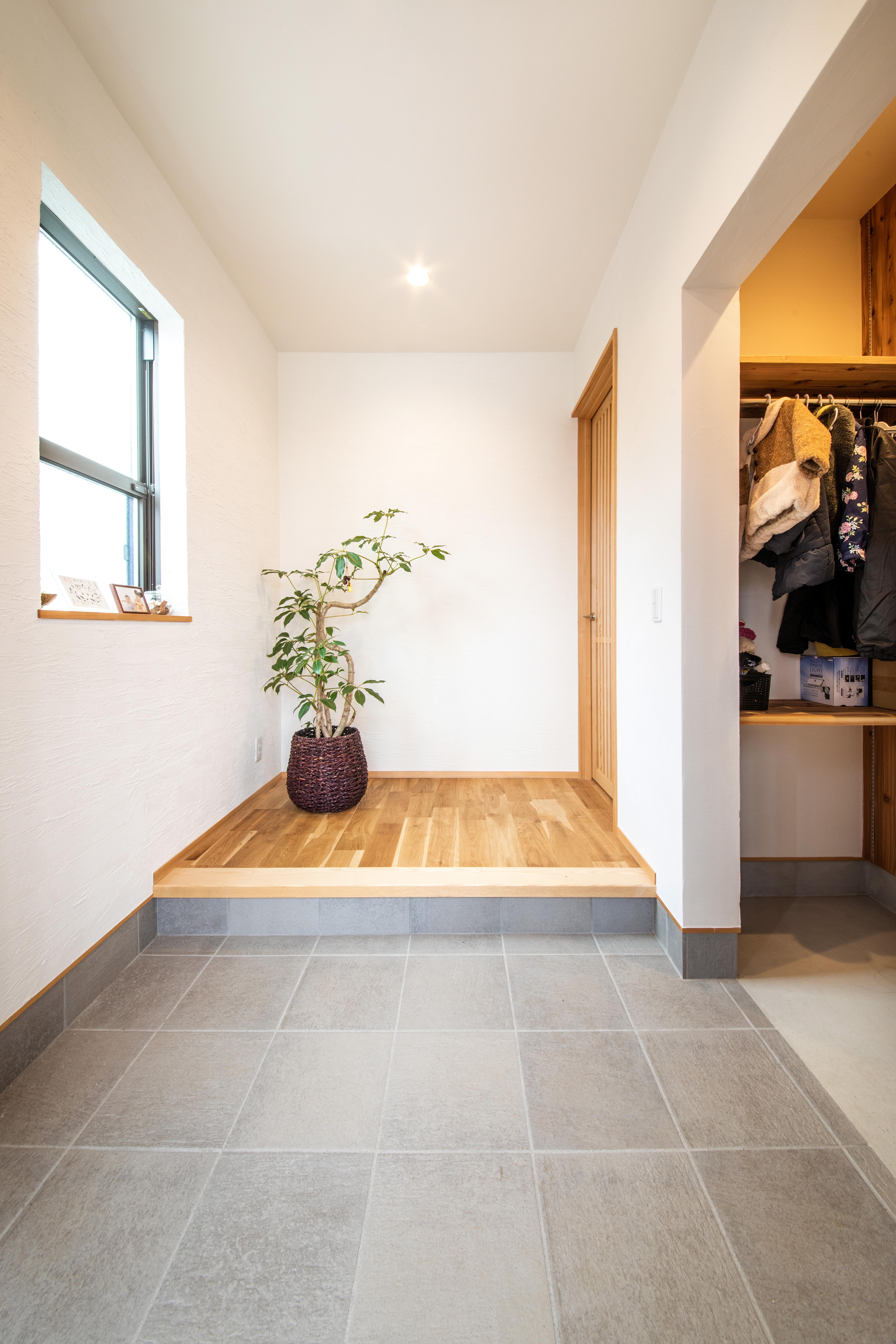 ツリーズ【子育て、自然素材、間取り】壁から天井まですべて漆喰。玄関脇の土間収納をはじめ、2階のウォークインクローゼットなどM邸には収納もたっぷり