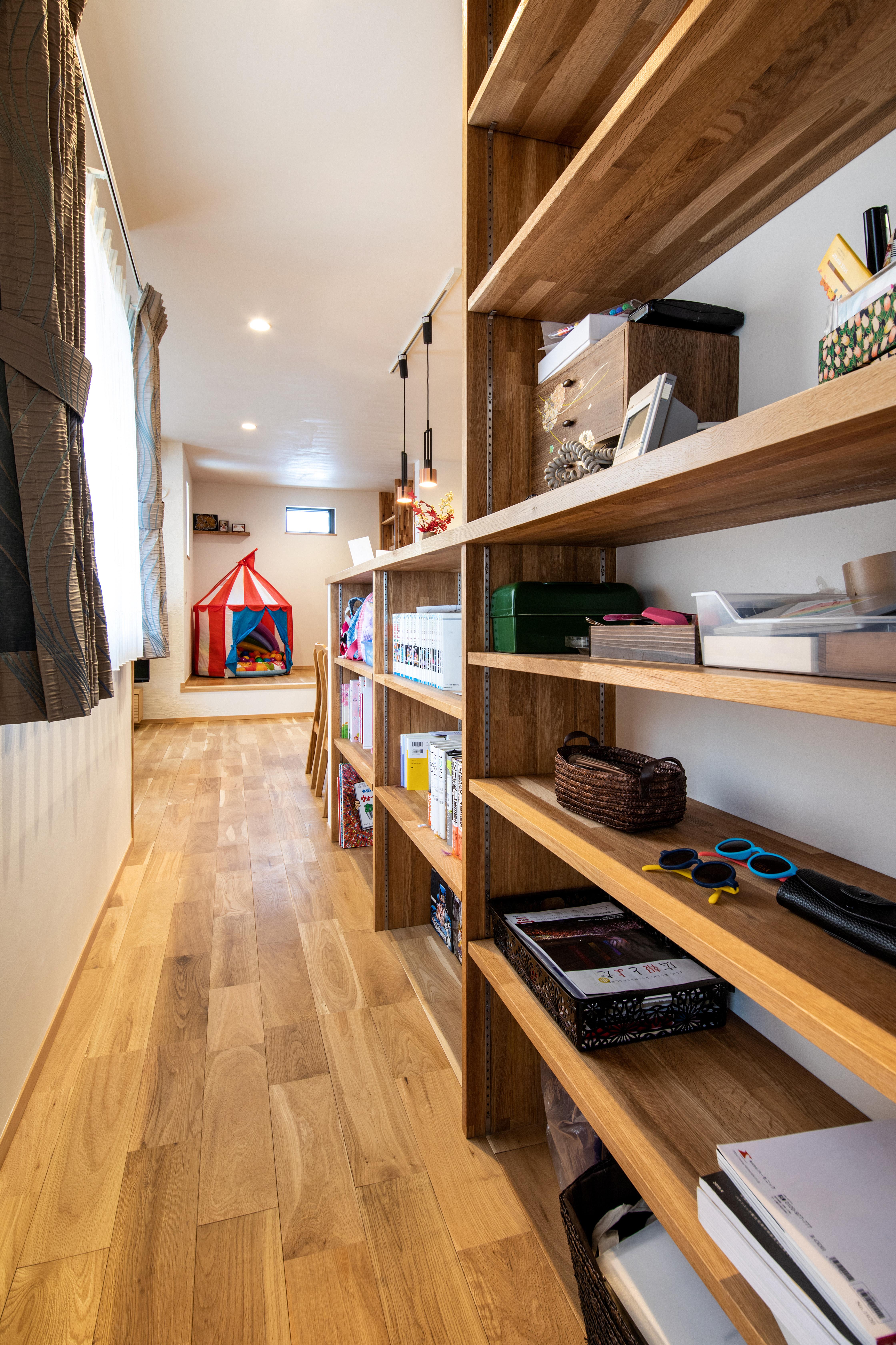 ツリーズ【子育て、自然素材、間取り】子どもの成長に応じて物が増えても、すっきりとした暮らしを保てるよう、家のあちこちに可動式の収納棚をつくった