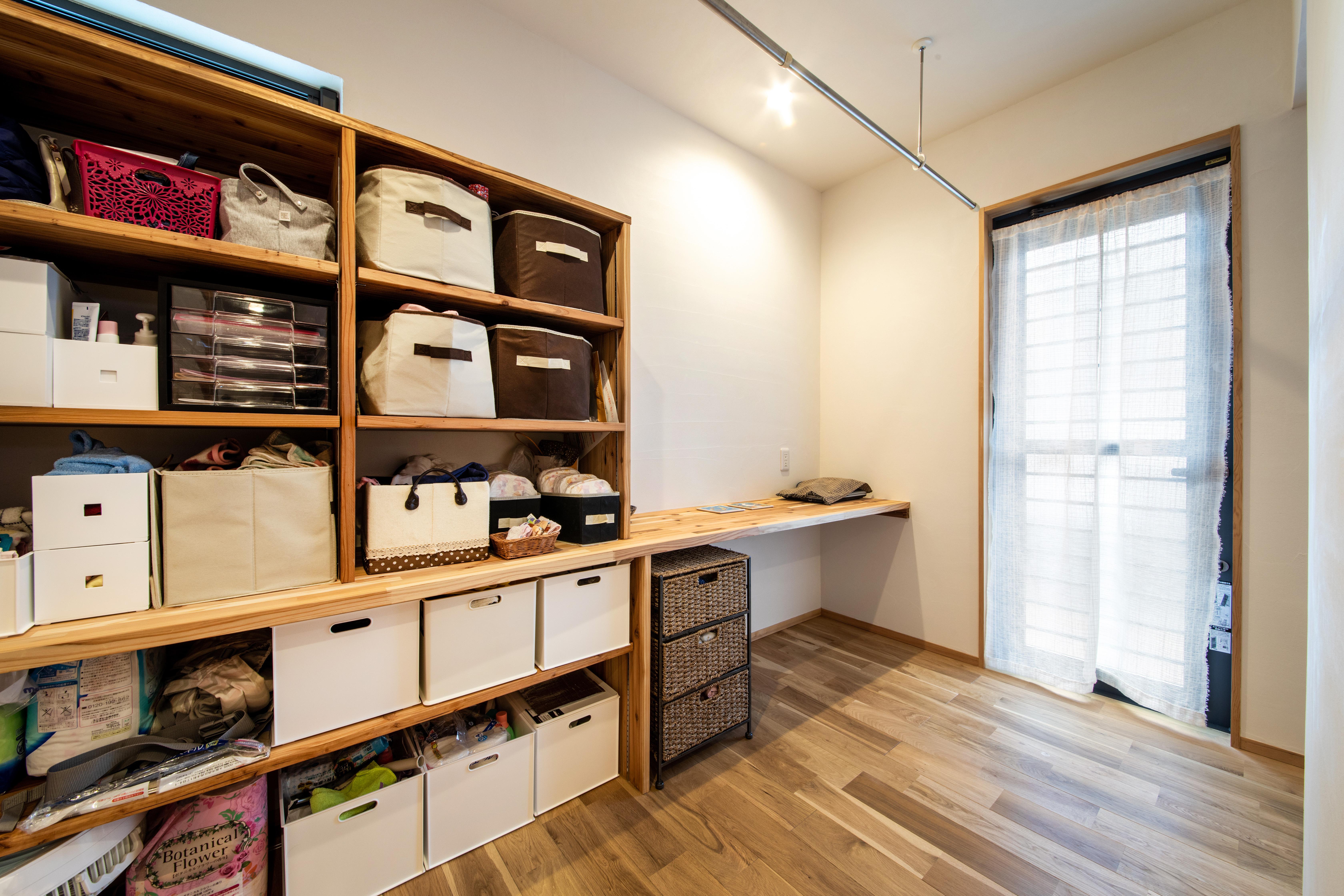 ツリーズ【子育て、自然素材、間取り】キッチンやバスルームとつながる収納兼家事スペース。漆喰が持つ調湿効果のおかげで、室内で洗濯物を干しても乾きが早い
