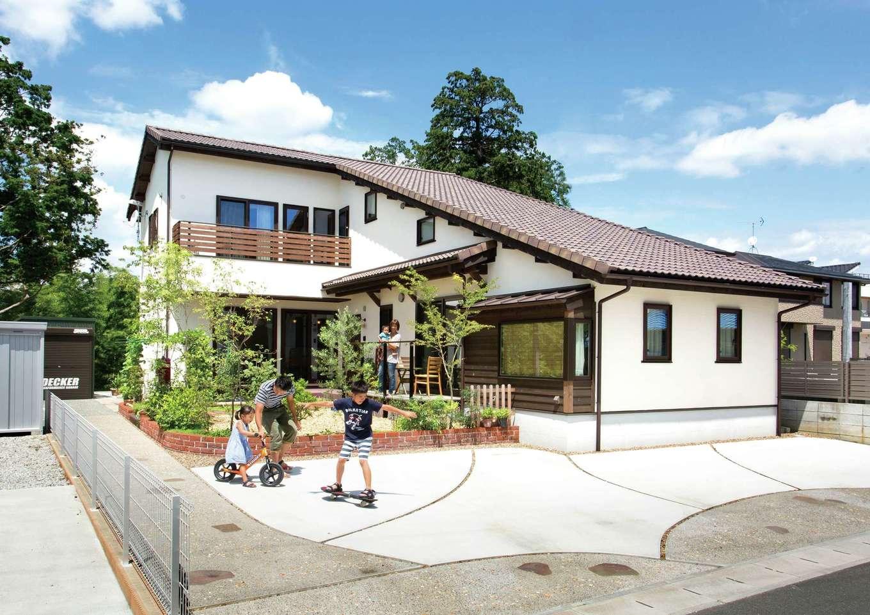 3 世代をあたたかく包み込む 自然素材が調和した大屋根の家