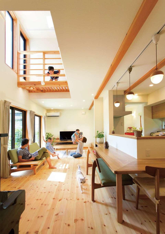 Casa(カーサ)【二世帯住宅、自然素材、間取り】設計前にご主人が家具店で見つけた、布張りソファの雰囲気に合わせてデザインされたリビング。自然素材で仕上げた内装の色合いに、造作カウンターやTVボードが映える。かわいらしい雑貨好きな奥さまが選んだ、雑貨照明もぴったり